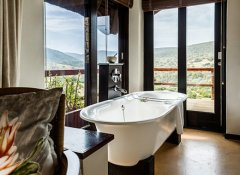 Bath tub with a view at Hopewell Game Lodge in Colchester